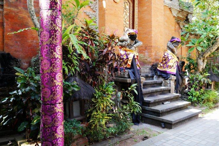Image of ornately decorated temple in Ubud Bali