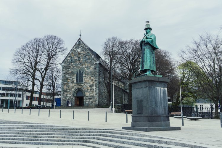Image of statue in front of the cathedral in the city of Stavanger in Norway